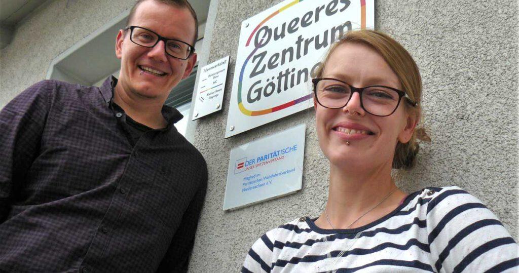 Moritz und Denise vor dem Schild des Queeren Zentrum