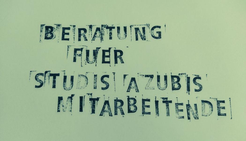 Auf hellgrünem Hintergrund wurde der Text Beratung für Studis, Azubis und Mitarbeitende mit schwarzer Tinte gestempelt