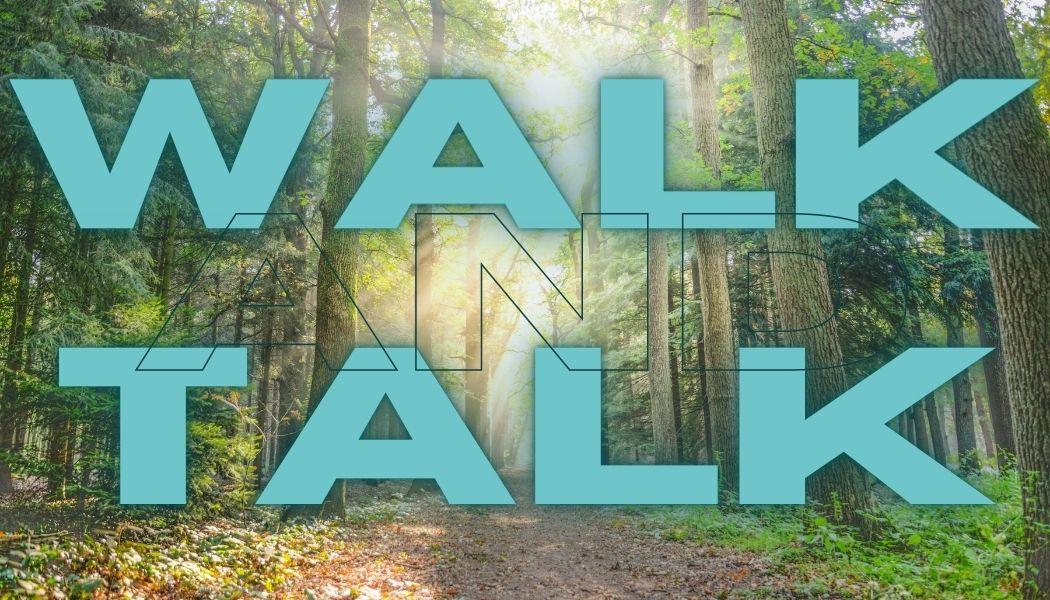 Im Hintergrund ein Wald davor mit blauer Schrift steht Walk and Talk